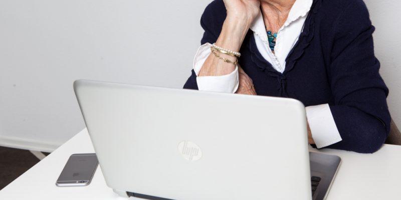 Vrouw achter laptop_Vrouwen in de Lift loopbaancoaching